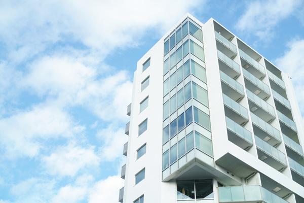 青空とマンション外観