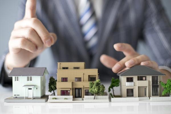 住宅模型とセールスマン