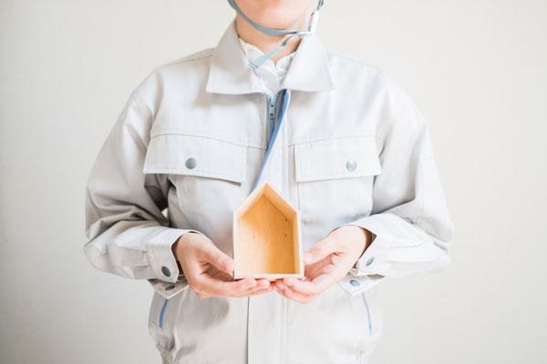 木造家屋の解体費用を安くする方法 住宅模型を持つ作業員
