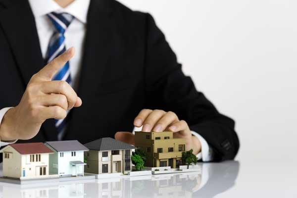 相談する際の注意点 ビジネスマンと住宅模型