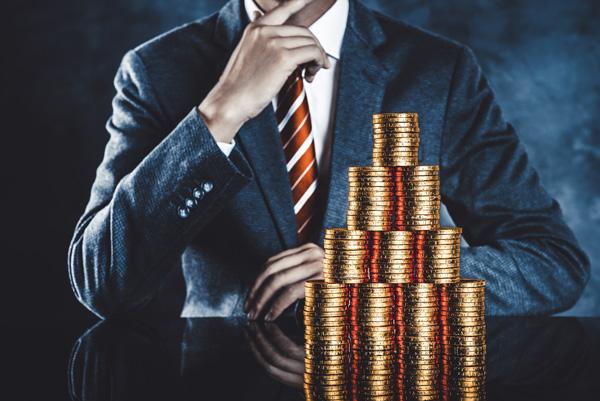 アパート経営資金の2大調達方法 積み重なったコインとビジネスマン