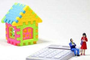 アパート経営で自己資金はいくら必要? 家模型とミニチュア人物
